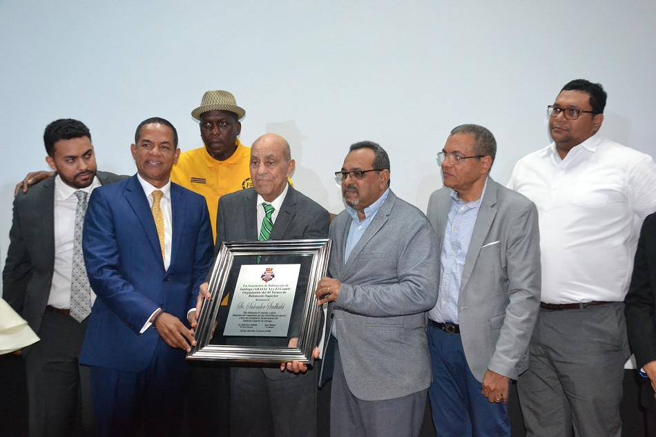 1.-Salvador Sadhalá recibe  una placa que  patentiza  la dedicatoria  del 40 torneo  a su persona. Entregan Julio César Valentín , Juan Ventura , y una comisión de los clubes liderada por Felipe López .