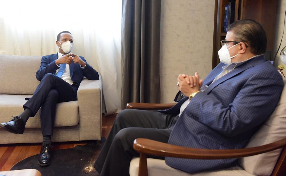 El ministro de Deportes Francisco Camacho y el administrador de Edesur Milton Morrison, durante un encuentro en el que anunciaron el acuerdo para iluminar el Centro Olímpico Juan Pablo Duarte.