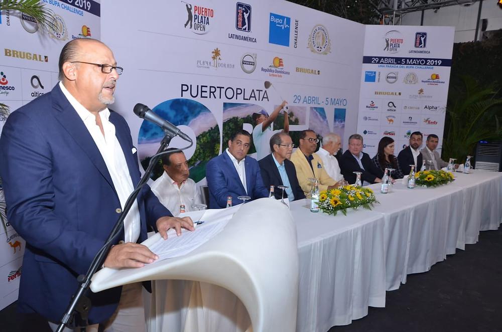 Agusto Reyes, presidente de Playa Dorada Golf Course al hablar a la prensa