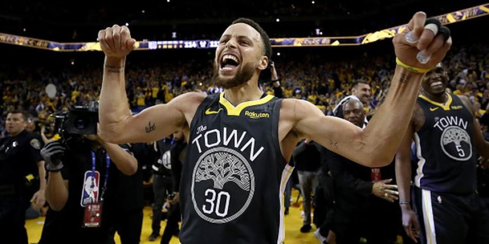 Stephen Curry lideró la victoria de su equipo. (Getty Images)