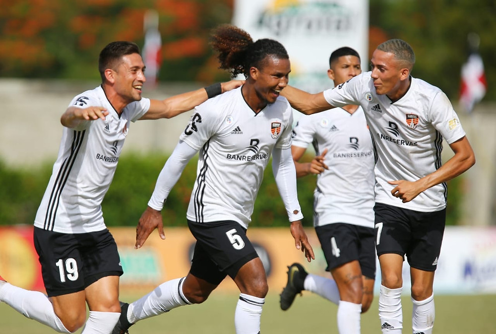 Ismael Díaz (Pinta) festeja junto a sus compañeros el primer gol del Cibao FC