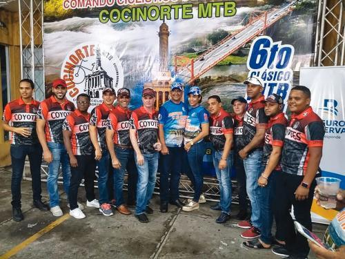 El ingeniero Rafael Solano comparte con Los Coyotes, equipo que se prepara para el Sexto Clásico MTB Patrón Santiago.