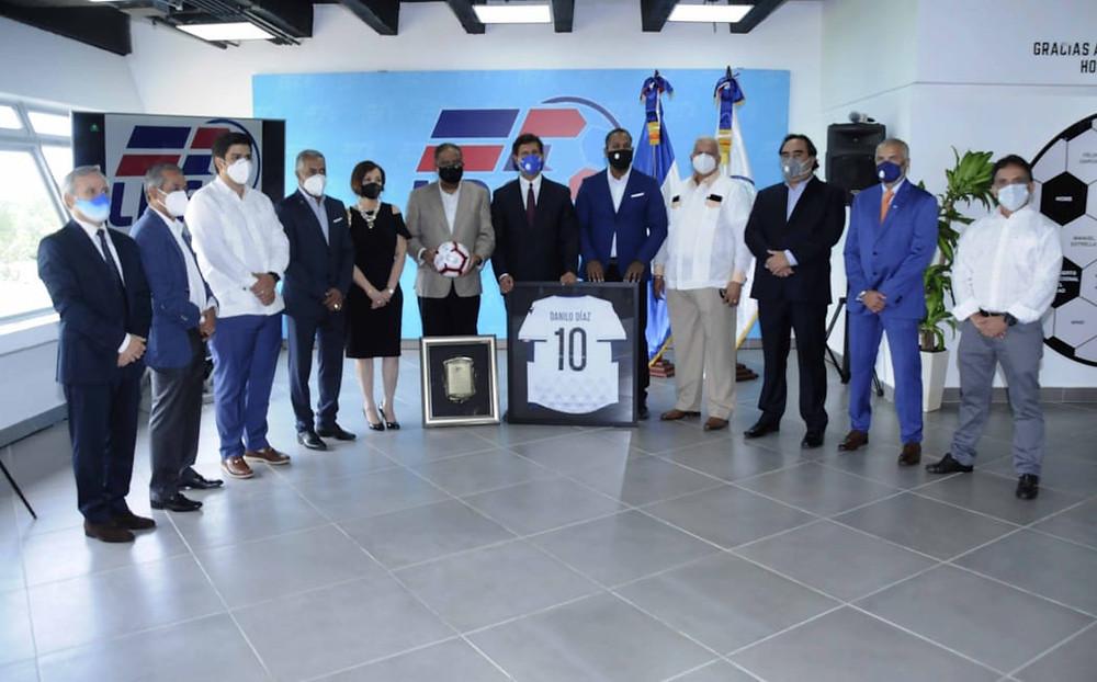 Manuel Estrella, presidente de la LDF, Rubén García, presidente de Fedofútbol, y directivos de la liga entregan reconocimiento y souveniles a Danilo Díaz, ministro de Deportes.