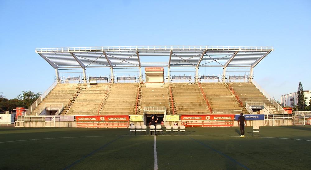 PROCESO DE COLOCACION DE TECHO A LA GRADERIA CENTRAL  DEL CIBAO FC