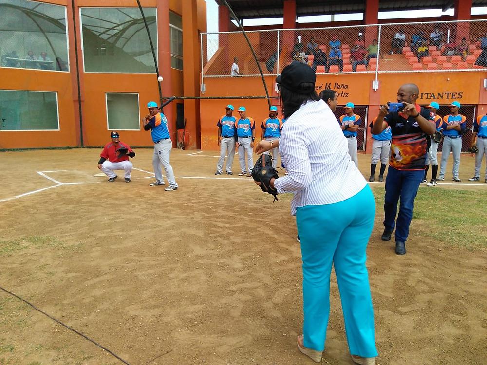 Gobernadora tira primera bola