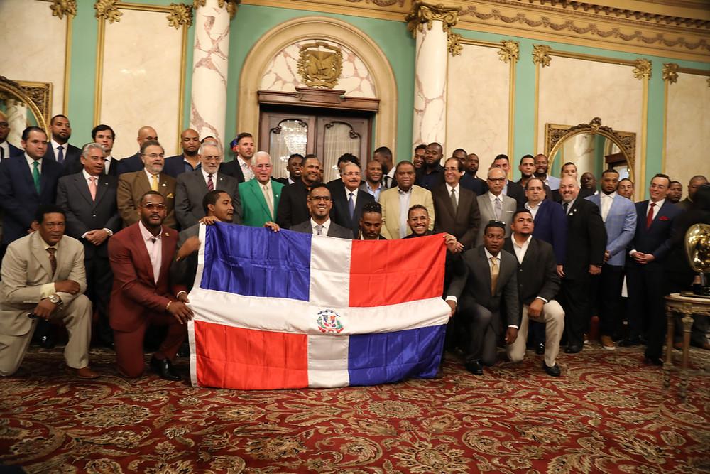 Las Estrellas reciben la bandera del Presidente Danilo Medina
