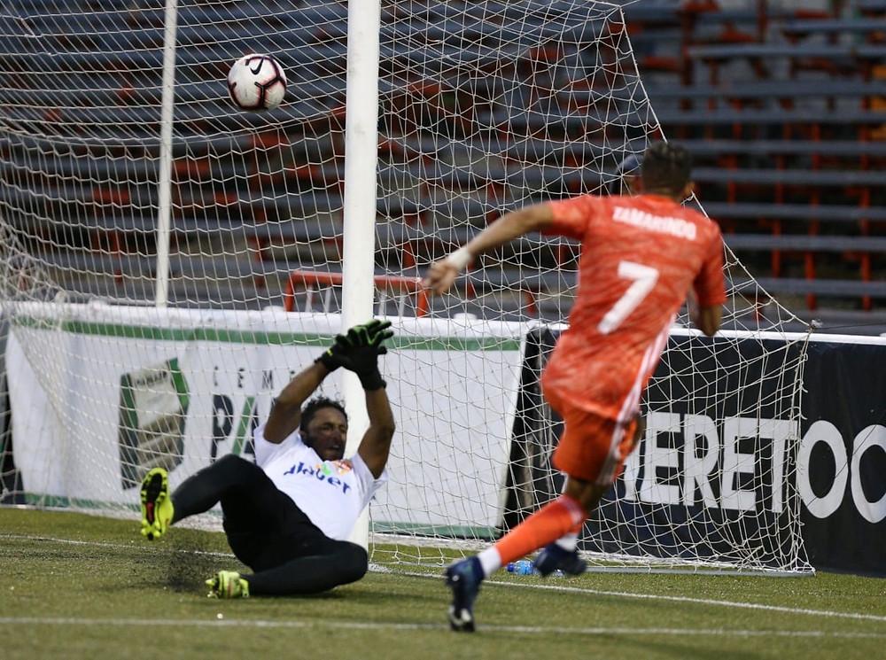 Edarlyn (Tamarindo) Reyes del Cibao FC fulmina al portero Otoniel Figueroa del Atlético Vega Real. y luego celebrando.