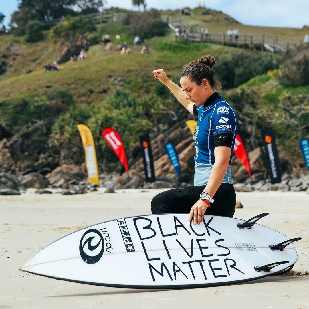 """A surfista Tyler Wright em protesto a favor do movimento """"Black Lives Matter"""""""