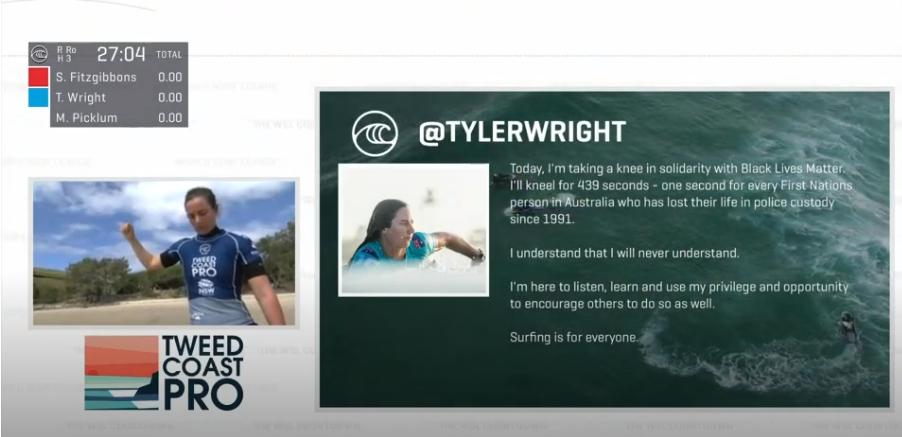 """A surfista Tyler Wright em protesto a favor do movimento """"Black Lives Matter""""."""