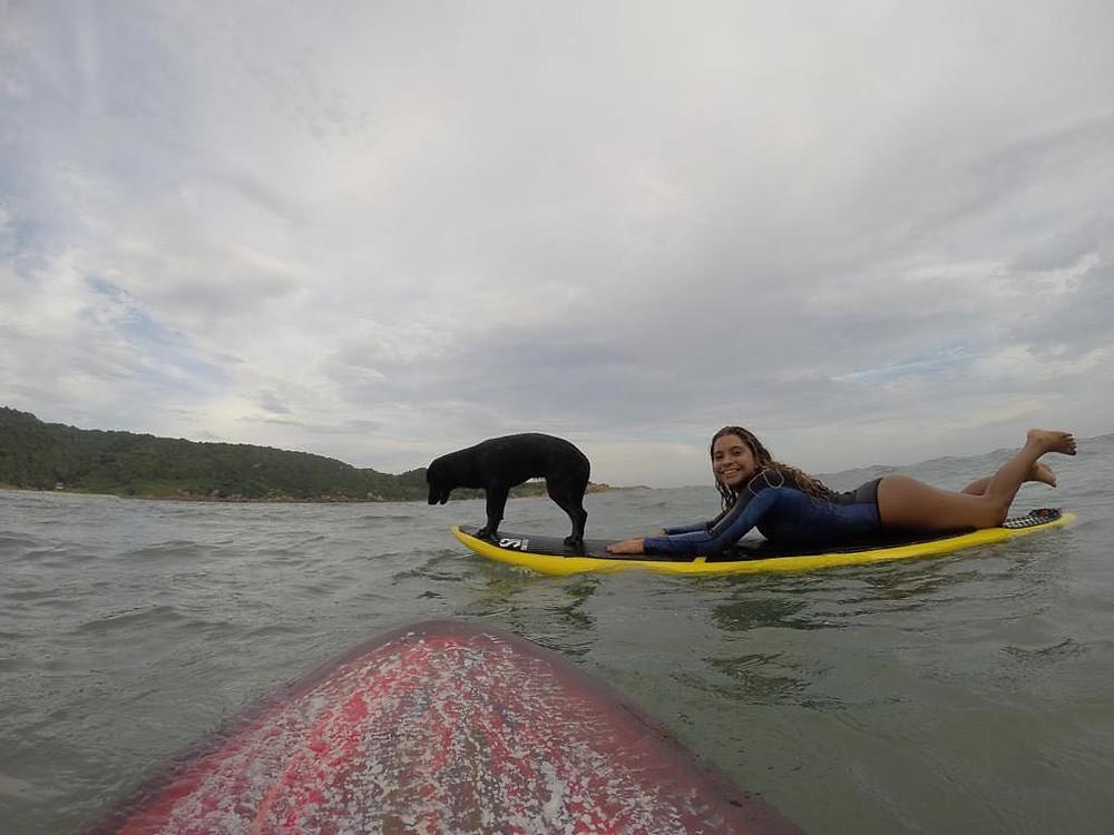 Tainá Hinckel e sua cadelinha Happy surfando