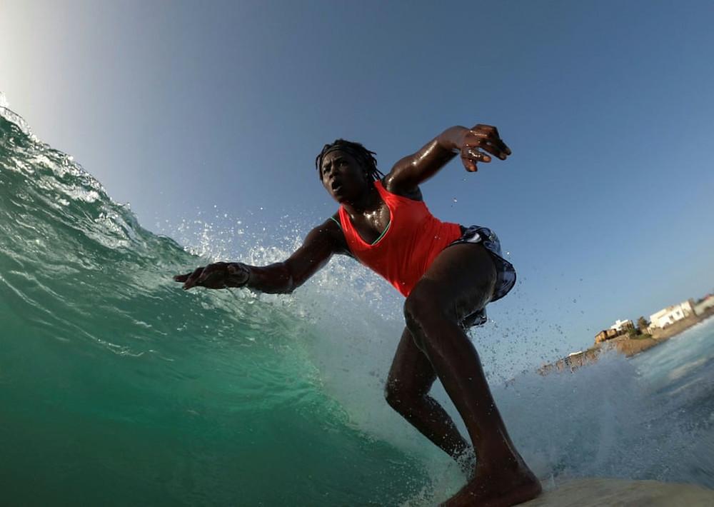 A surfista Khadjou Sambe surfando em Ngor, bairro na capital do Senegal.
