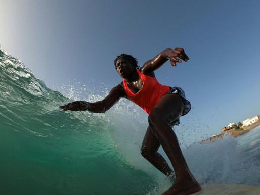 Conheça Khadjou Sambe, a primeira surfista profissional do Senegal