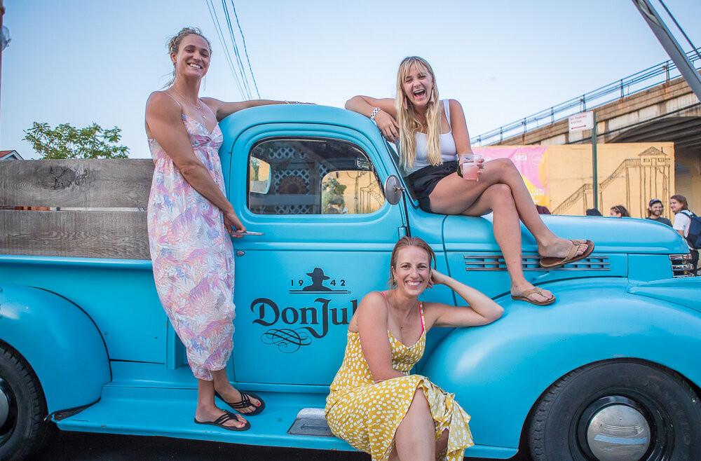 A surfista Paige Alms, a fotógrafa Bryanna Bradley e Davina Grincevicius, fundadora do Women's Surf Film Festival.