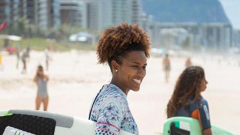 Conheça a história da surfista e jornalista Érica Prado