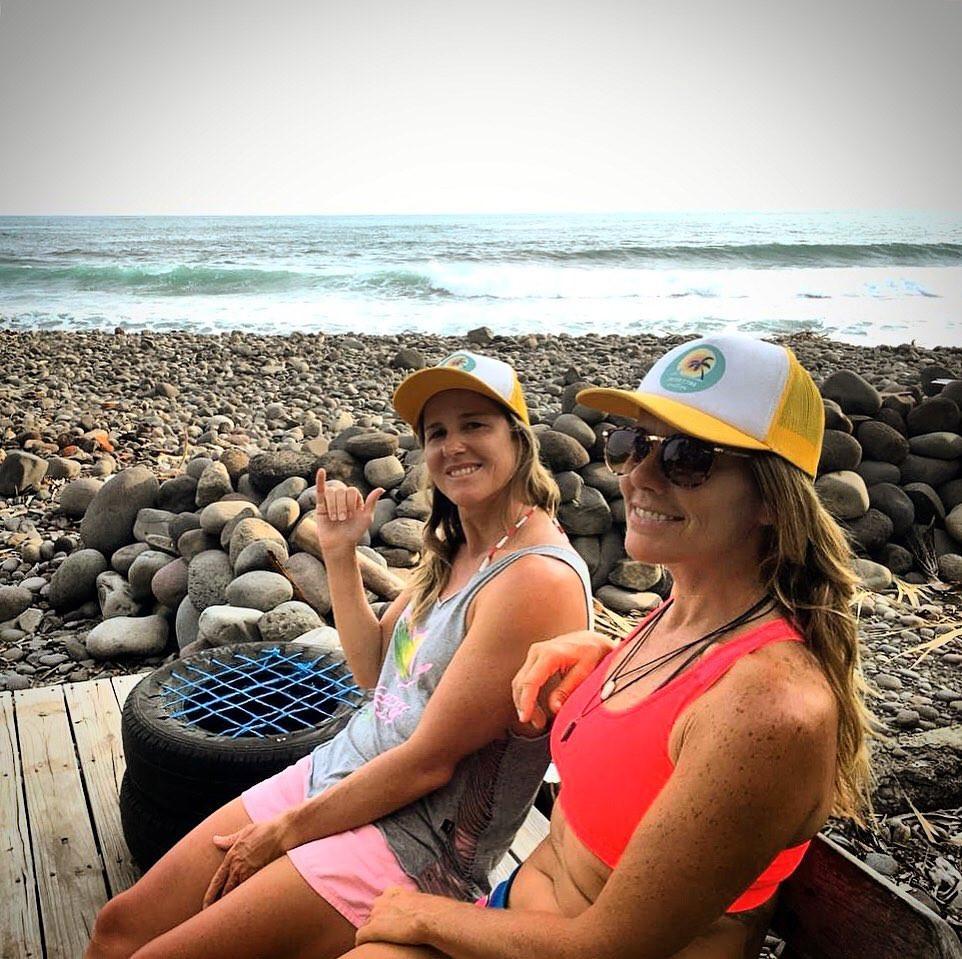 As surfistas Jacqueline Silva e Tina Vilela.