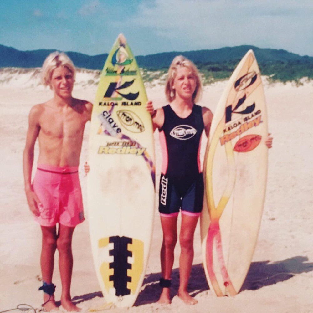 A surfista Jacqueline Silva e um de seus irmãos.