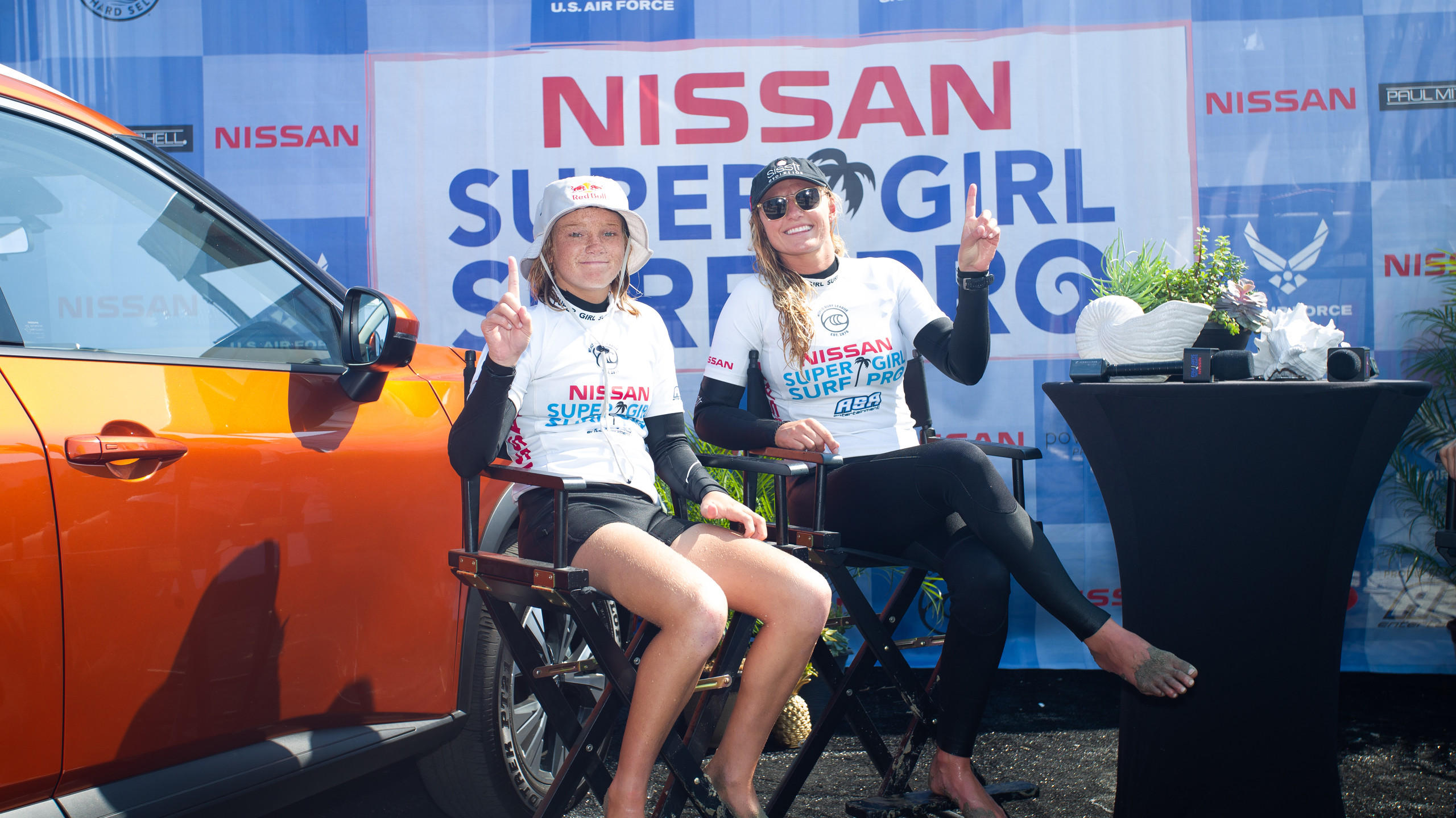 As surfistas Caitlin Simmers e Lakey Peterson, campeãs do Nissan Super Girl Surf Pro.