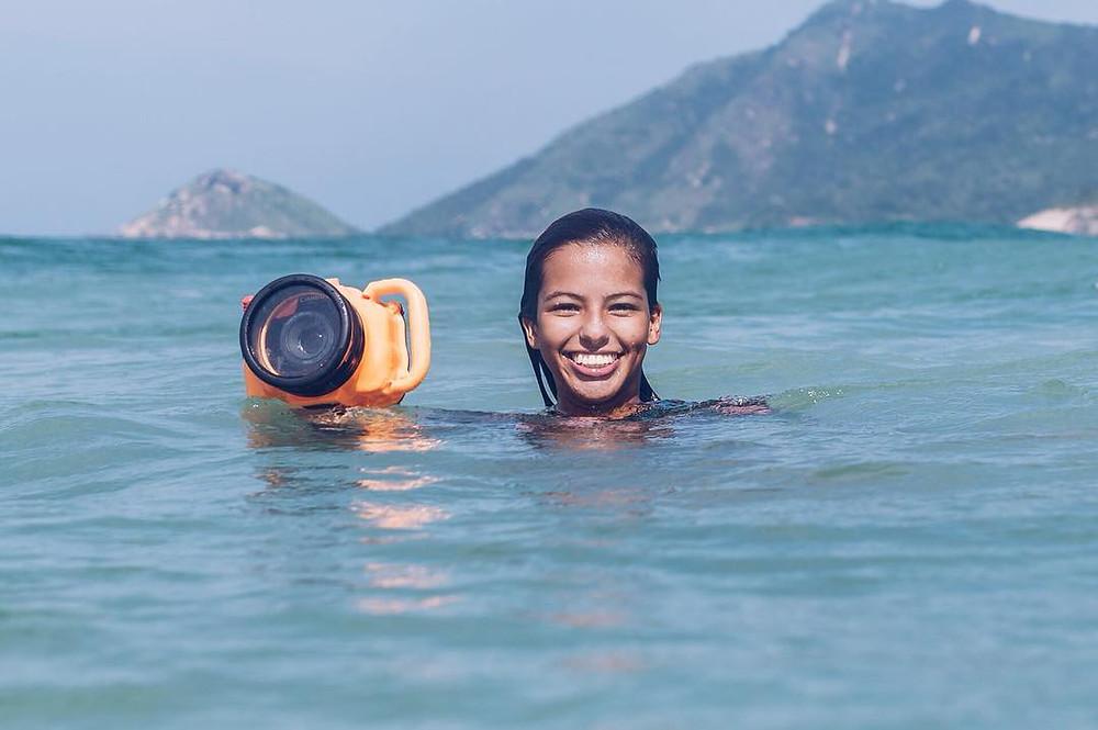 Sam Manhaes, fotógrafa de surf carioca