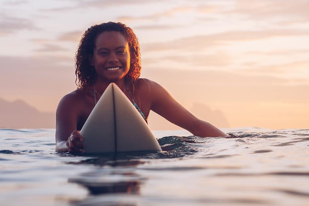 A surfista cearense Yanca Costa na água