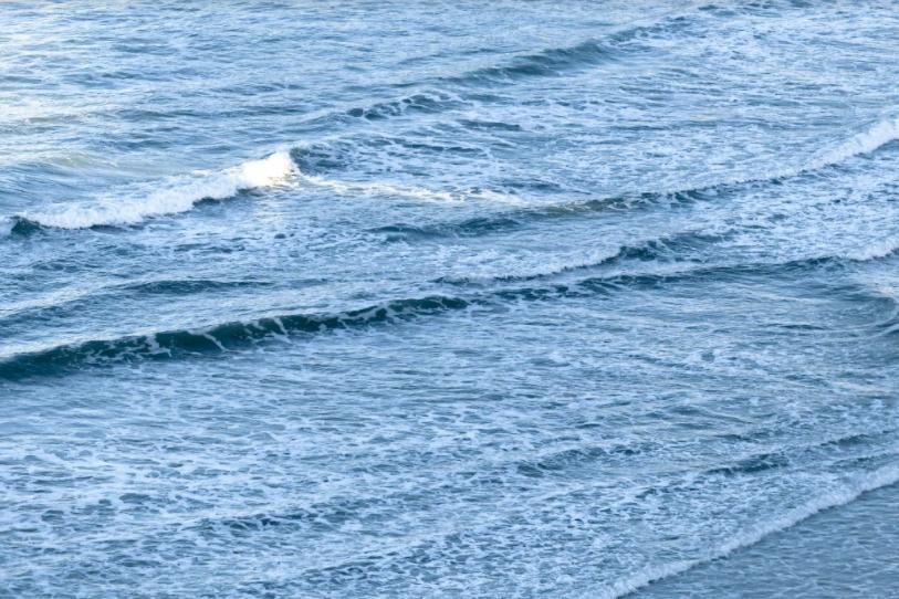 Um mar sem ondas, também conhecido como mar flat, que configura um lay day em campeonatos de surf.