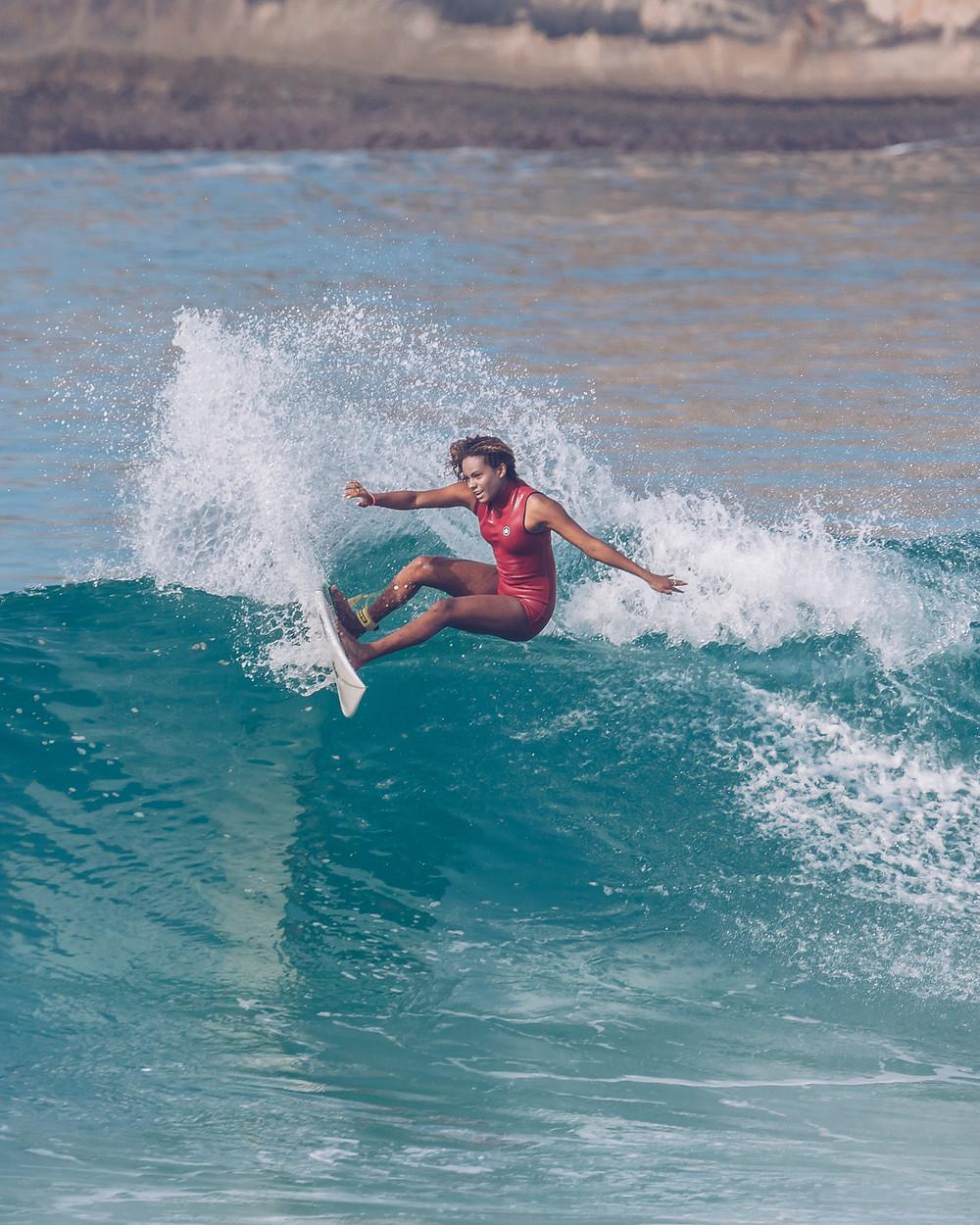 A surfista Yanca Costa fazendo uma manobra surfando