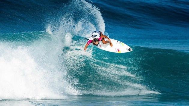 A surfista Tainá Hinckel em uma manobra de surf no WSL Oi Rio Pro 2019