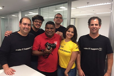 #pracegover: foto dos 6 responsáveis pela da organização do evento em meia distância da cintura para cima, tirada no escritório da Regus