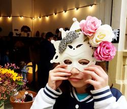 Preciosa joven probando una Máscara