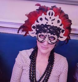 Mi madre con Máscara Roja y Negra.