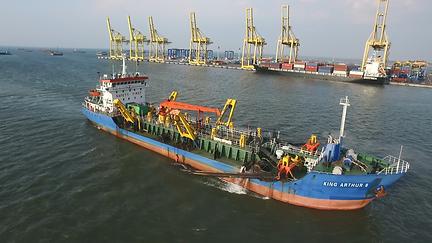 TSHD king arthur 8 in action at semarang port
