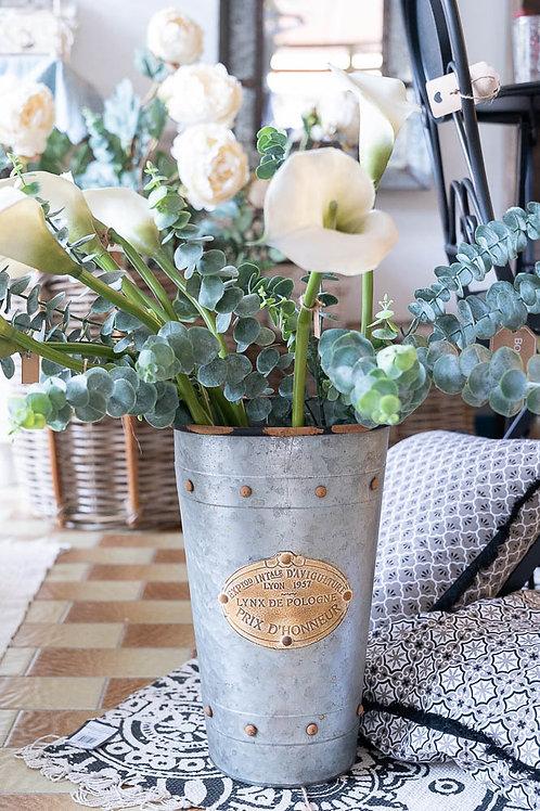 vaso in metallo grigio e dorato