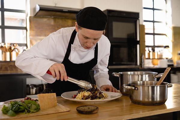caucasian-chef-cooking-pasta-SK5YYR8.jpg