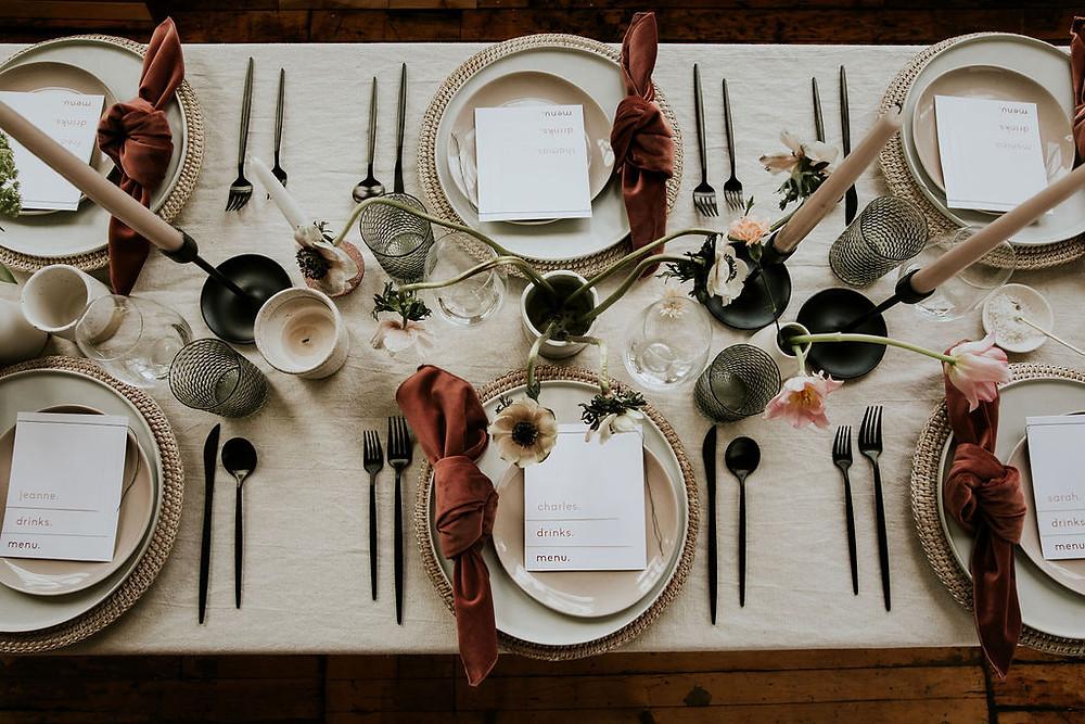 Table de réception bohème moderne avec du lin, du rotin et du velours rose