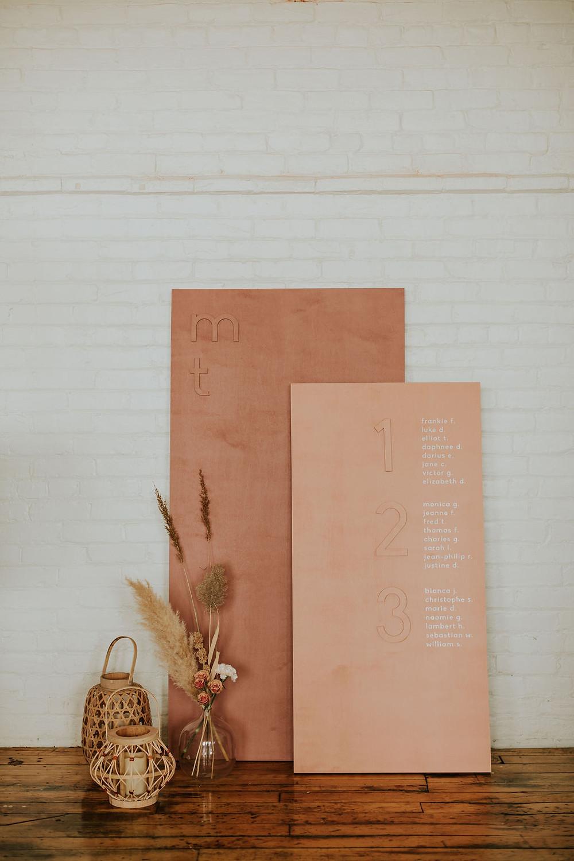 Plan de table bohème sur panneaux de bois autoportants pour mariage