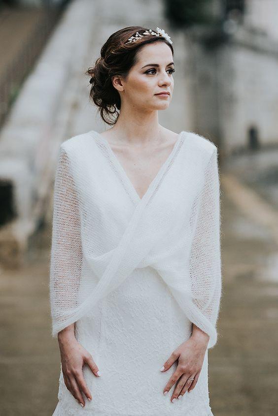 Robe de mariée recouverte d'un châle en mohair pour les mariages d'automne ou d'hiver.