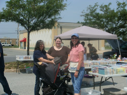 2012 09 Vendor Mary Mark's with happy Customers at Dutch Country Farmers Market in Middletown.JPG