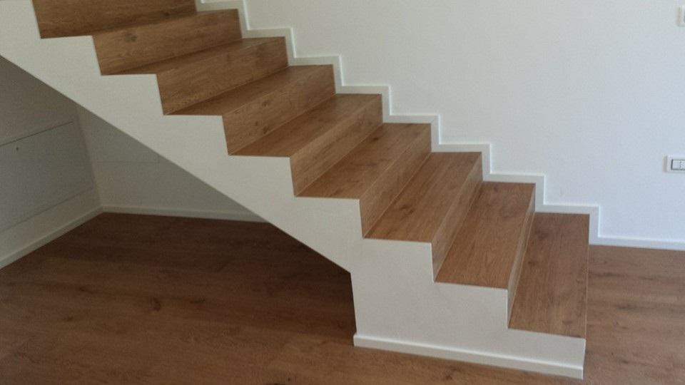 Scale in legno con nodi rustici