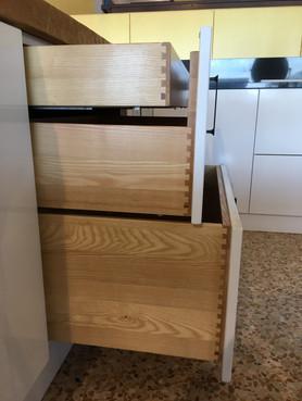 Particolari dei cestoni delle nostre Cucine in legno
