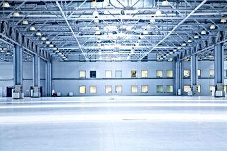 Intérieur d'un grand entrepôt industriel