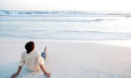 Mirando hacia fuera al mar