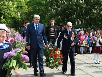 Возложение цветов к братским могилам по случаю Дня Победы