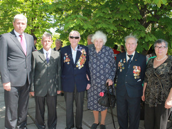Накануне 9 мая в Кривом Роге возлагаются цветы ко всем памятникам и мемориалам ВОВ