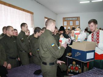 На Рождество солдаты-срочники части 3011 получили подарки