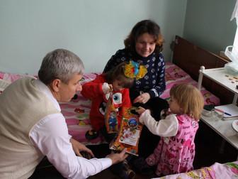 Андрей Гальченко вручил рождественские подарки в детской больнице №2