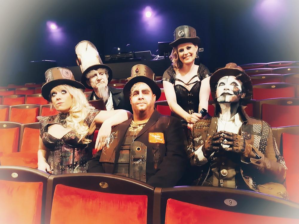 """Miss Barbouille, Monsieur Phylactère, Professeur Electrazik, Miss Bobinaclic et Gabor du spectacle """"Gabor et les chapeaux rouillés"""""""