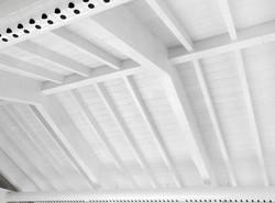 struttura-a-vista-tetto-in-legno-lamellare-bianco-piscina-villa-denaldi