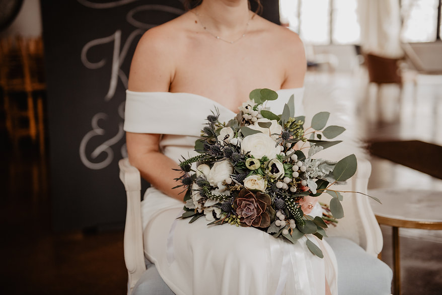 woman-holding-bouquet-of-flower-2253843.