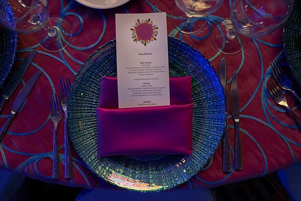 Aluiler y paquetes de mantelería de lujo, platos base y centros de mesa para bodas, fiestas y eventos corporativos en Costa Rica