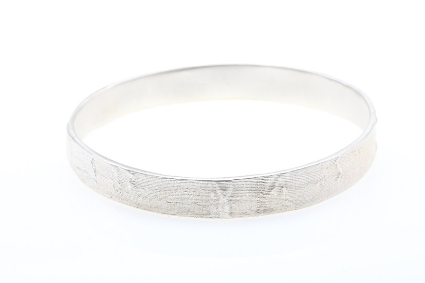 MAYA KINI WIDE TEXTURED BANGLE SILVER