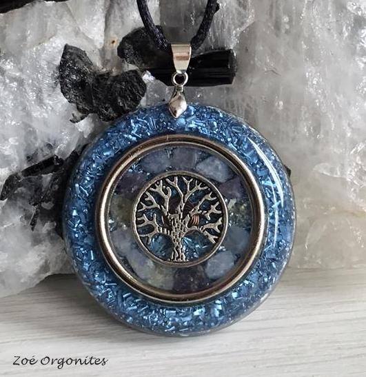 Orgonite Medalha Arvore Azul Cristais